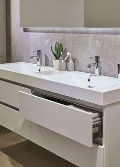 De palitano serie kenmerkt zich door zijn robuuste karakter en elegante composiet wastafel. Dit meubel is het enige meubel van Bruynzeel met een breedtemaat van 160cm, een eye-catcher voor de ruime badkamer. De set is verkrijgbaar met verschillende opties spiegels en in diverse kleuren. Toilet Design, Jfk, Bathroom Interior Design, Double Vanity, Restroom Design, Double Sink Vanity