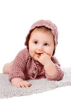 Hæklet babytøj er så kært og dette sæt er i den blødeste babyuld. Den lille jakke med knapper på bærestykket og kysen med bindebånd er fine både til hverdag og fest