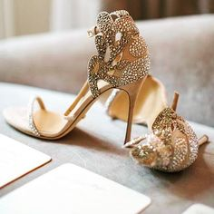 @sergiorossiofficial never disappoints! Especially when it comes to bridal shoes! Photo via @ohbridesmagazine by @lindahowardevents #bridalshoes #weddingshoes #tripleb #blackbridalbliss