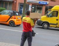 Ein Zusteller am Sonntag an der Kölner Straße: Die Kollegen kamen aus Bonn, Duisburg, Dortmund.
