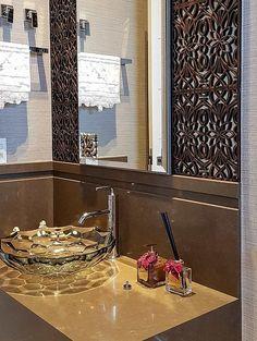 Cuba de vidro: 70 ideias para impressionar com a beleza da transparência – Tua Casa Home Office, Sink, Design, Home Decor, Nova, Toilet Decoration, Red Glass, Round Glass, Bathroom Styling