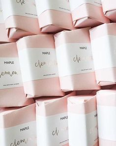 just one example of the many soap packaging ideas I fancy. It's light, pure and memorizing. problem is to show our product befor it is packaged. Skincare Packaging, Luxury Packaging, Soap Packaging, Pretty Packaging, Cosmetic Packaging, Beauty Packaging, Brand Packaging, Packaging Ideas, Product Packaging
