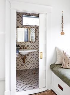 A remodeled Los Angeles home that embraces California Style - organic, modern, cottage and farmhouse all in one. Black Subway Tiles, Decoracion Vintage Chic, Style Urban, Los Angeles Homes, California Style, California Fashion, Color Tile, Elle Decor, Bathroom Inspiration