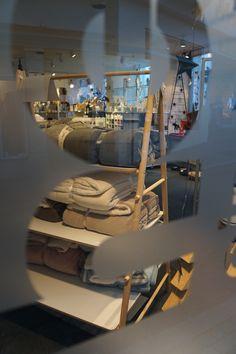 """""""Home Stories für den Winter"""" ist eine Geschichte über Geschenke und das Schenken. Darüber, wie man anderen und sich selber Freude bereiten kann. Schenken Sie sich vom 1. November 2015 bis zum 31. Januar 2016 einen Lounge Chair oder Grand Repos und Sie können sich bei uns ein Produkt aus einer Selektion der Black Collection von Vitra aussuchen. Ihr hecht einrichtungen in der Region Tübingen/ Reutlingen - Inneneinrichtungen und Lichtplanung"""