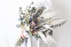 ナチュラルウェディングにぴったりのドライフラワーブーケ特集 | marry[マリー] Winter Wedding Favors, Winter Wedding Flowers, Rustic Wedding Flowers, Floral Wedding, Hand Bouquet Wedding, Bride Bouquets, Dried Flower Bouquet, Dried Flowers, Rustic Bouquet