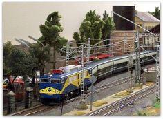 """Maqueta estación con marquesina. Escala H0.  Locomotora eléctrica 269 """"Mazinguer"""" RENFE a la cabeza del Talgo pendular. Escala H0."""