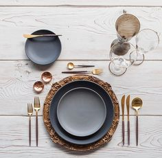 RENT: Verona Chargers in Walnut Custom Heath Ceramics in Wildflower Goa Flatware in Brushed Gold/Wood Chloe Gold Rimmed Stemware Chloe Gold Rimmed Goblet in Lilac Gold Salt Cellars Tiny Gold Spoons SHOP: Comment Dresser Une Table, Assiette Design, Vase Deco, Wedding Table Linens, Heath Ceramics, Gold Wood, Dinner Sets, Dinnerware Sets, Home Decor Accessories