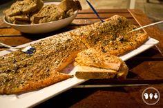 Serveer de zalm met vers gebakken brood!