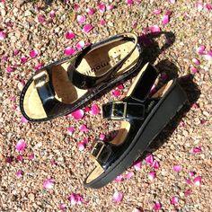 Kiiltonahkaisissa sandaaleissa on irrotettava pohjallinen ja tarrakiinnitys. #summershoes #mephisto