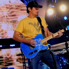 3. His uber AMAZING guitar solos!🎸