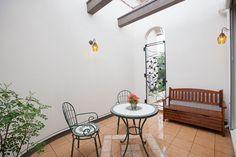 タイル貼のパティオ(中庭)は、家族だけのプライベートスペース。 テラス デザイン ナチュラル タイル アーチ インテリア 