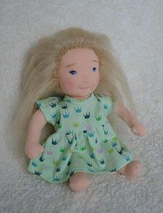 #Waldorfpuppe #Waldorfdoll #Handmade Süße Kleine Stoffpuppe Filly 23 cm gross.  Filly wurde aus Hochwertigem Puppentrikot gefertigt und mit Schafswolle geformt und gestopft.  Ihre Haare sind aus weichem blonden Mohair gehäkelt und...