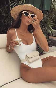 one piece swimsuit + fanny pack + retro sunglasses + straw hat outfits for the beach Outfit Strand, Pool Party Outfits, Pool Party Fashion, Foto Casual, Men Casual, Neue Outfits, Outfits With Hats, One Piece Swimwear, Spring Outfits
