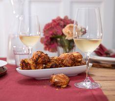 Die aus Brandteig und reichlich Käse zubereiteten «Brötchen» geniesst man am besten frisch aus dem Ofen. Party Buffet, White Wine, Alcoholic Drinks, Meat, Chicken, Chef Recipes, Choux Pastry, Fresh, Finger Food