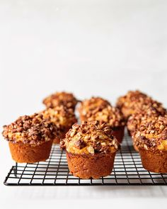 A head on shot of vegan sweet potato muffins with pecan streusel, sitting on top of a black cooling rack with a white background. Sweet Potato Muffins, Sweet Potato Recipes, Cooking Sweet Potatoes, Mashed Sweet Potatoes, Healthy Muffin Recipes, Banana Bread Recipes, Vegan Muffins, Low Carb Dinner Recipes, Vegan Snacks