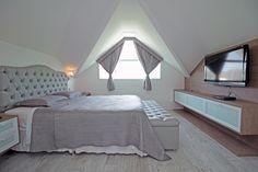 Esta casa no Recreio dos Bandeirantes no RJ é muito charmosa, o dormitório ganhou um ar requintado e aconchegante juntando o tom amadeirado com branco. Ficou lindo!!! Foto: Gustavo Bresciani
