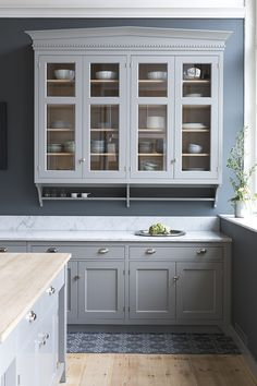 Broby kitchen Tradition handpainted on ash in the color ash grey Updated Kitchen, New Kitchen, Kitchen Decor, Farrow And Ball Living Room, Wood Interior Design, Küchen Design, Apartment Interior, Beautiful Kitchens, Home Kitchens