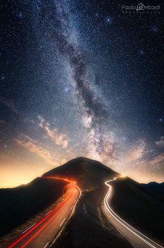 """Una Via Lattea così """"potente"""" non la si vede ovunque! Una Via Lattea così """"potente"""" la si distingue addirittura mentre guidate con tutti i fari accesi!  Sembra voglia spaccare in due il cielo! Sembra di viaggiare tra le stelle!   Impossibile voler abbandonare lo spettacolo fino all'alba! Impossibile non dedicarle il giusto tempo!"""