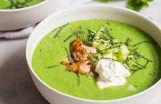 Alene farven på denne suppe er nok til at man bliver glad i låget. Så tindrende grøn at det føles som at tage en bid af en nyudsprungen bøgeskov. Den er vanvittig nem at lave, det tager i omegnen af ti minutter, så har du mad på bordet. Jeg kan rigtig godt lide at servere den milde, ferske suppe, med en skefuld af rygeostcremen, som binder suppe og laks sammen på fin vis. Hvis du ikke bryder dig om rygeost, kan du bare give en skefuld creme fraiche. Med et stykke brød, har du en dejlig…