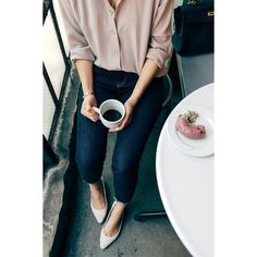 Nice outfit for office. skinny jeans, pointy shoes, and a loose, tucked silk blouse. loving the dusty rose colour of the blouse, and the fact that it doesnt have pockets Mode Outfits, Girly Outfits, Casual Outfits, Casual Wear, Night Outfits, Classy School Outfits, Hijab Casual, Junior Outfits, Looks Style