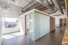 Дизайн интерьера клиники: матовое стекло и тёплая подсветка