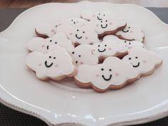 Koekjes in de vorm van een vrolijke wolk om te trakteren op school of op het kinderdagverblijf. wolken koekjes en vele anderen vind je op koekiekoekie.nl.