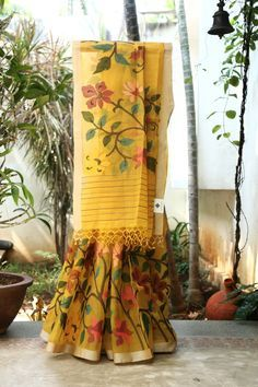 AMBER A CLASSY YELLOWMATKA SILK CALCUTTA DHAKAI SAREE WITH AN INTRICATELY WOVEN MULTICOLOUR FLORAL JAMDANI WEAVE ORGANZA BORDER ON ONE SIDE OF THE SAREE WHICH FLOWS INTO THE PALLU MAKES THIS EVEN ...