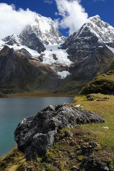 Jezioro Carhuacocha w Cordillera Huayhuash w Peru z Traveliada. Places Around The World, Oh The Places You'll Go, Places To Travel, Places To Visit, Around The Worlds, Wonderful Places, Beautiful Places, Equador, Destination Voyage