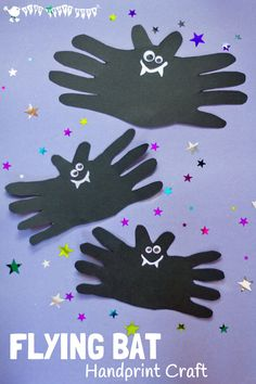 A cute and cheeky Halloween Bat handprint craft for kids. Great for Halloween…