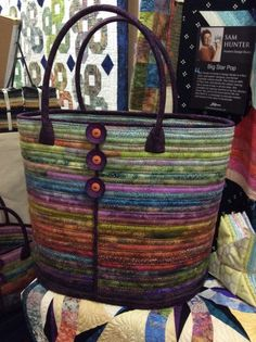 Camden bag from Aunties Two ! Quilted Tote Bags, Diy Tote Bag, Patchwork Bags, Quilted Handbags, Bag Quilt, Diy Sac, Fabric Bowls, Quilting Designs, Quilt Design