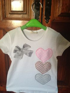 Camiseta Niña corazones dulces Machine Applique Designs, Rajputi Dress, Baby Jeans, Sewing Accessories, T Shirt Diy, Cool Tees, Kids Wear, Blouse Designs, Kids Outfits