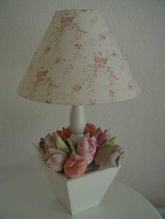 Abajur com cúpula de tecido e vaso em MDF com tulipas em tecido
