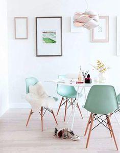 salón con paredes blancas y sillas greenery