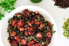 MEATLESS SUNDAY  ------------------------------------------- Recipe link in profile . . Ga jij vandaag voor gezond èn vega? Wat dacht je van dit ultiem lekkere gerecht met zwarte quinoa (kan ook met gewone quinoa of met couscous) doperwtjes aardbeien  (verse) munt en peterselie limoensap en amandelen? Eiwitrijk slank (geraffineered) suikervrij bommetjevol vezels en voor wie dat wil/nodig heeft ook nog eens glutenvrij. Tik 'em aan!  De link naar het recept op mijn blog vind je in mijn bio…