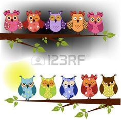 Familie van uilen zat op een boomtak in de nacht en dag.