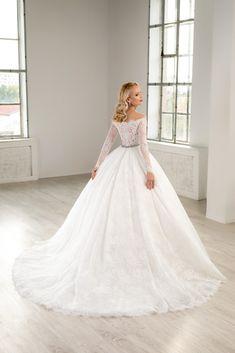 Rochie de mireasa din dantela chantilly si cristale swarovsky . Modelul aceste rochii de mireasa avantajeaza silueta, punand accentul pe umeri in timp de manecile din dantela imbraca in mod elegant bratele . Disponibila pe alb natural, blush sau champagne. Hair Beauty, Wedding Dresses, Weddings, Fashion, Gowns, Bride Dresses, Moda, Bridal Gowns, Fashion Styles