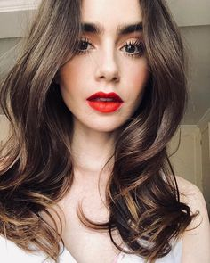 Lily Collins to star in Darren Star's new 'Emily in Paris' TV series. Lily Collins will star in a new TV series from director and producer Darren Star. Lily Collins Short Hair, Lily Collins Style, Lilly Collins Red Hair, Black Hair With Highlights, Hair Highlights, Brunette Beauty, Hair Beauty, Beauty Makeup, Lily Collins Makeup