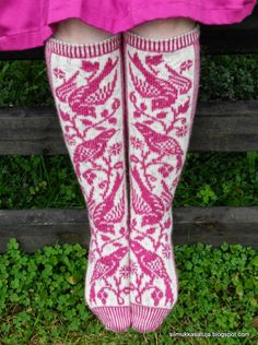 So beautiful pattern. I think that I will challenge me with these socks. I like the colours I choosed very much. September I got nearly heel done, . Fair Isle Knitting, Knitting Socks, Hand Knitting, Knit Socks, Laine Rowan, Knitting Patterns, Crochet Patterns, Sock Shoes, Knitting Projects