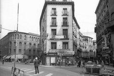 Entrada de las calles de Cerdán y de las Escuelas Pías de Zaragoza antes del derribo de la manzana que las separaba en los años 70. Foto de Luis Mompel