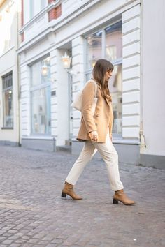 Outfits in Naturtönen sind alles andere als langweilig, wenn man diese 3 einfachen Stylingtipps beachtet. Edited The Label, Blazer, Trends, White Jeans, Minimalist, Outfits, Pants, Fashion, La Mode