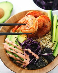 Low Carb Spicy Shrimp Sushi Bowls - delicious sushi bowls made with cauliflower rice and packed with flavor! Substitute sriracha with sriracha garlic chili sauce for fewer carbs Shrimp Sushi Bowl, Shrimp Tempura, Spicy Shrimp, Salmon Sushi, Sushi Recipes, Seafood Recipes, Asian Recipes, Asian Foods, Healthy Snacks