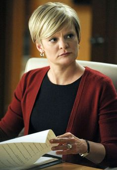 Martha Plimpton, who has recurred as cunning rival lawyer Patti Nyholm since Season 1 of The Good Wife, is set to reprise her role for the Season. Short Hair Styles For Round Faces, Hairstyles For Round Faces, Pixie Hairstyles, Martha Plimpton, Hair Affair, Good Wife, Great Hair, Hair Dos, Work Fashion