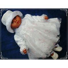 """#Sukienka do #chrztu """"Julcia"""" została wykończona przepiękną koronką z różyczkami."""