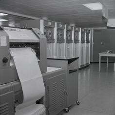 #WissenSieMehr über diese Reportage aus dem CERN in Genf (1964)? Kennen Sie eines der Geräte, Arbeitsprozesse oder Menschen, die auf den Fotos zu sehen sind? #MehrWissen #Blog #CERN #Switzerland Reportage, Conference Room, Home Appliances, Table, Blog, Furniture, Home Decor, Photos, Geneva