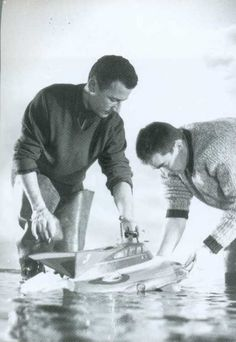 Derek Meddings (left) attending to the Stingray model. Spy Who Loved Me, Thunderbirds Are Go, Brian Johnson, Sci Fi Models, Sci Fi Tv, James Bond Movies, Cartoon Movies, Great Films, Scene Photo