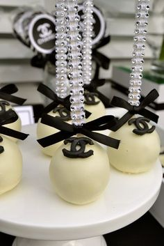 Chanel themed cake pops...of course!