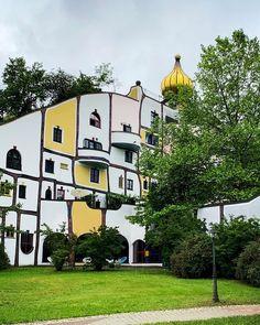 Ein entspannter Kurztrip führt uns ins Thermen- & Vulkanland Steiermark genauer gesagt ins Rogner Bad Blumau. Das Rogner Bad Blumau ist eine einzigartige Anlage. Man kann es nicht mit klassischen Thermen oder Hotels vergleichen. Es ist das größte bewohnbare Gesamtkunstwerk. Schon die Architektur vom österreichischen Künstler Friedensreich Hundertwasser macht es unvergleichlich. Aber das Rogner Bad Blumau hebt sich auch in vielen anderen Aspekten der Masse ab. Die gesamte Philosophie des… Bad, Hotels, Mansions, Photo And Video, House Styles, Instagram, Decor, Philosophy, Hundertwasser