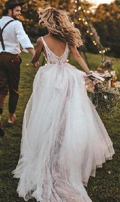 Gelin ve damat koşarken, kır düğünü bohem tarz düğün pozu | Kadınca Fikir - Kadınca Fikir
