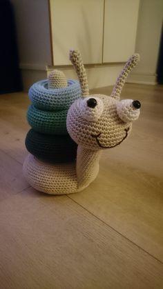 Hæklet snegl Crochet Baby Sweaters, Crochet Baby Toys, Crochet Baby Clothes, Newborn Crochet, Crochet Gifts, Crochet Animals, Crochet Dolls, Baby Knitting, Free Crochet Bag