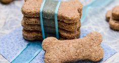 Porque cachorro também é gente - pelo menos aqui em casa - vou compartilhar a receita de biscoitos que preparo para os meus!! Além de ser muito fácil de fazer, são totalmente naturais, sem adição de conservantes, corantes ou sabores artificiais, são nutritivos e deliciosos.  A Juju, uma Pequinês e o Nick um Lhasa Apso, amam!! No dia que preparo eles já percebem e ficam esperando para testar - sempre tem um novo sabor ou uma nova combinação. O custo é muito mais baixo do que os…